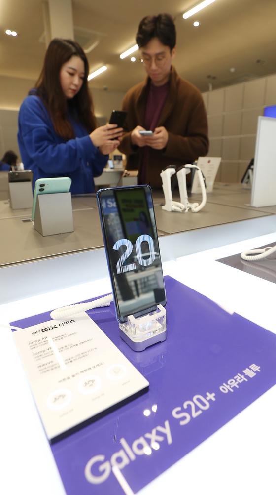 갤럭시 S20 사전 판매 기간 동안 고객이 갤럭시S20 제품을 살펴보고 있다. 연합뉴스