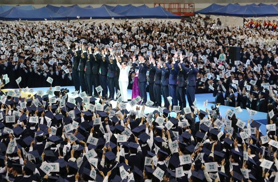 신천지 수료식현장에 있는 이만희 신천지예수교증거장막성전 총회장(흰욋) 모습. [중앙포토]