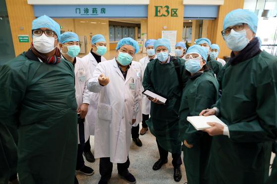 중국 후베이성 우한의 병원을 방문한 세계보건기구(WHO) 파견팀. [로이터=연합뉴스]