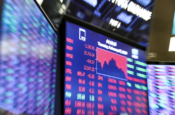 세계 증시가 코로나 바이러스로 인해 얼어붙었다. 27일(현지시간) 미국 주식시장은 2008년 금융위기 최악의 낙폭을 기록했다. 사진은 이날 뉴욕증권거래소(NYSE). 연합뉴스