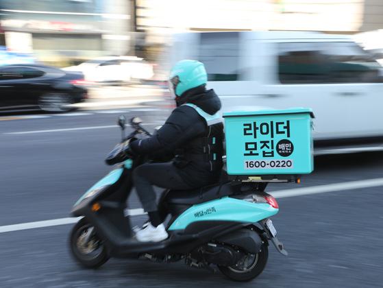 지난 5일 서울 강남구 배민라이더스 남부센터에서 한 직원이 오토바이를 타고 배달에 나서고 있다.신종 코로나바이러스 확산 우려에 따라 바깥 활동 대신 집에 머물며 음식을 배달해먹는 '집밥족'이 늘어난 것으로 나타났다. [뉴스1]