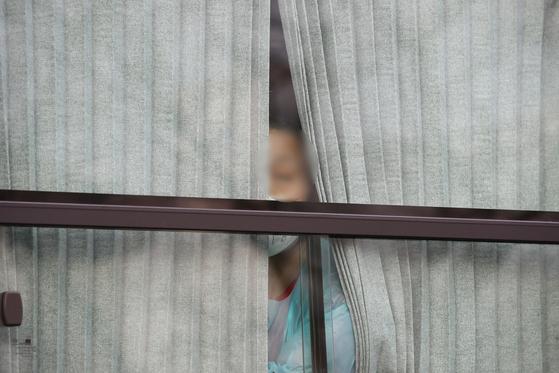 27일 오후 경북 청도대남병원에 입원 중이던 다수의 신종 코로나바이러스 감염증(코로나19) 확진자들이 국립정신건강센터로 옮겨가기 위해 이송 버스에 탑승해 출발하기를 기다리고 있다. 뉴스1