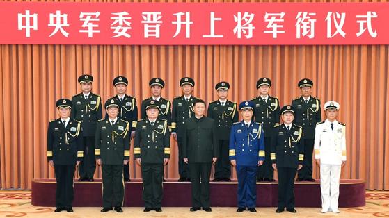 시진핑 중국 국가주석이 지난해 12월 중국 인민해방군 장성 승진자들과 함께 기념 사진을 찍고 있다. [중국 신화망 캡처]