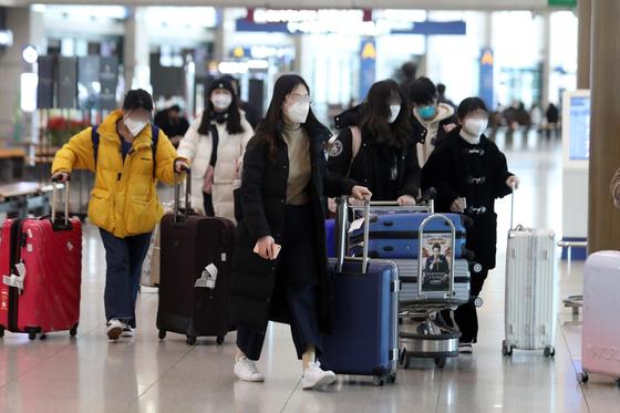 지난 24일 단국대학교 중국인 유학생이 인천국제공항을 통해 입국하고 있다. [뉴스1]