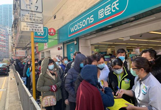 지난달 홍콩의 한 편의점에서 시민들이 마스크를 사기 위해 줄을 서고 있는 모습.[사진 셔터스톡]
