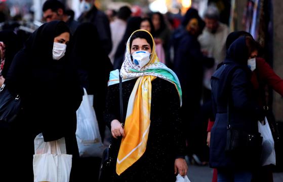 이란의 수도 테헤란에서 마스크를 착용한 채 걷고 있는 여성 [EPA=연합뉴스]