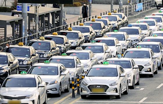 26일 오후 경기도 수원역 앞에서 택시들이 손님을 태우기 위해 길게 줄 서 있다. 뉴스1