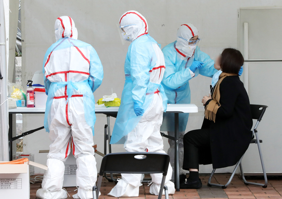 명성교회 부목사가 신종 코로나바이러스 감염증(코로나19) 확진 판정을 받은 가운데 26일 오전 서울 강동구 명성교회에 앞에 설치된 선별진료소에서 주민들이 진료를 받고 있다. 뉴시스