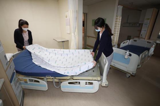 26일 대구시 북구 학정동 근로복지공단 대구병원에서 병원 관계자들이 신종 코로나바이러스 감염증(코로나19) 확진자 입원을 위해 병실을 정리하고 있다.  연합뉴스