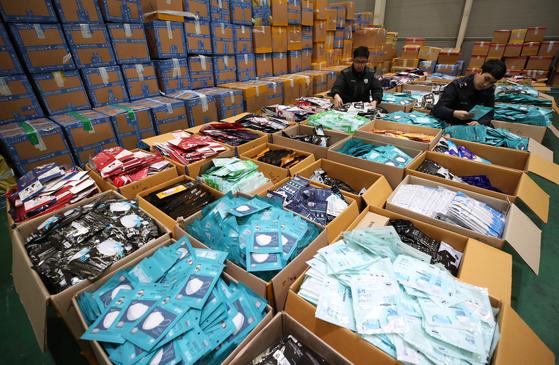 지난 3일 인천 중구 인천본부세관 화물청사에서 세관 직원들이 보건용 마스크 불법 해외 반출을 집중 단속해 적발한 마스크를 정리하고 있다. [연합뉴스]