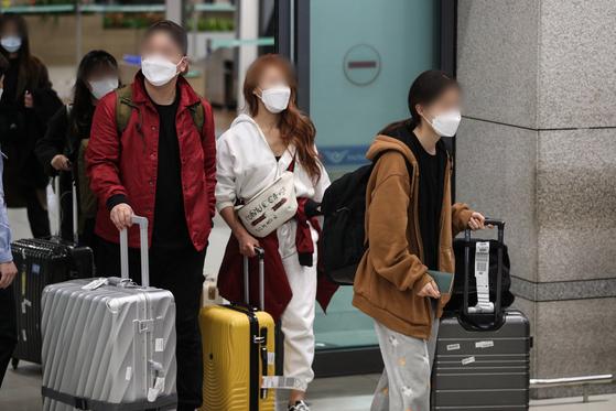 모리셔스의 입국 제한으로 두바이에서 머물던 한국인 신혼부부들이 지난 26일 인천국제공항 제1터미널을 통해 귀국하고 있다. [뉴스1]