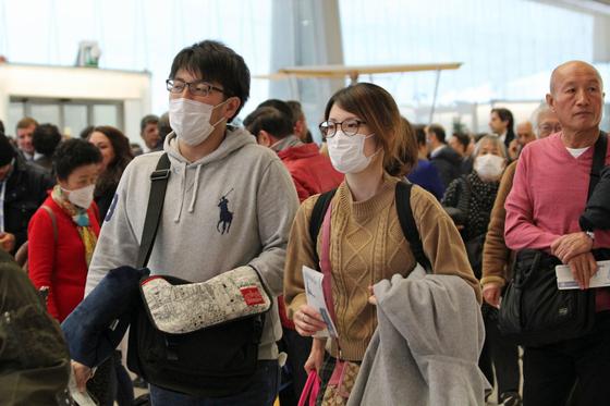 신종코로나 바이러스가 전세계적으로 확산 추세에 있는 가운데 확진자가 대거 나온 이탈리아의 한 공항에서 출국을 준비하는 승객들. [EPA=연합뉴스]