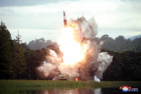 북한이 지난해 8월 16일 새 무기라 불리는 발사체 시험 사격을 했다. 이 발사체는 북한판 에이태큼스(ATACMS)라 불린다. [조선중앙통신]