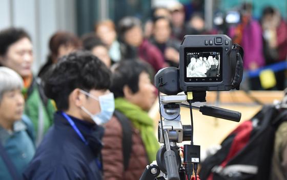 지난달 경기 평택항 국제여객터미널 입국장에서 검역 당국 관계자가 열화상 감지 카메라로 중국발 여객선 입국자들의 발열 여부를 확인하고 있다. 뉴시스