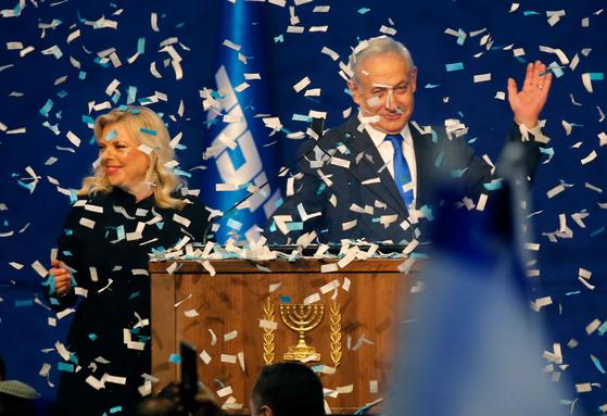 베냐민 네타냐후 이스라엘 총리와 그의 부인 사라 네타냐후가 지난3일 출구조사 결과가 나오자 지지자들 앞에서 자축하며 연설하고 있다. [AFP=연합뉴스]