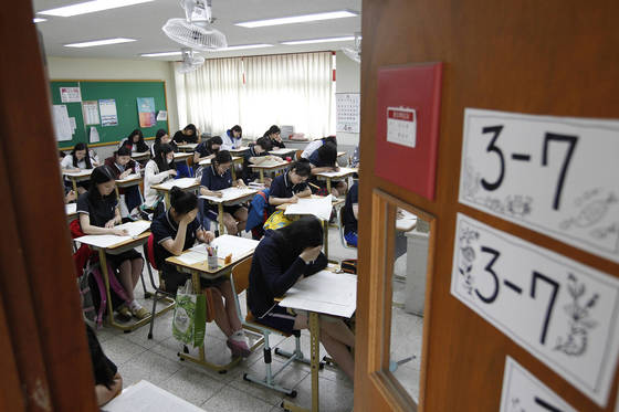 2017년 6월1일 대구시 수성구 정화여고 3학년 학생들이 1교시 시험 문제를 풀고 있다. [프리랜서 공정식]