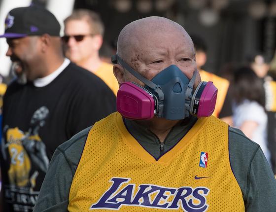 지난달 31일 마스크를 쓴 채 미국 로스앤젤레스 LA 스테이플스센터를 방문한 LA 레이커스의 팬. AFP=연합뉴스
