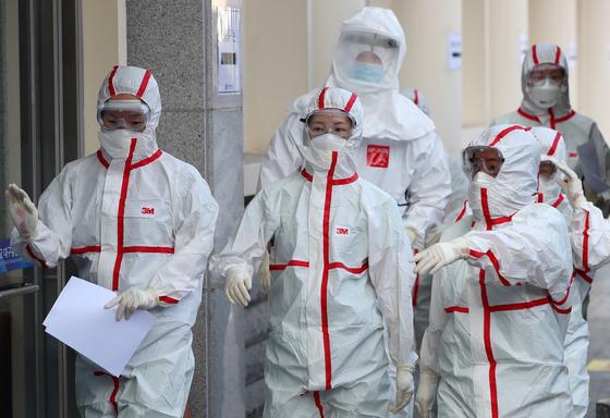 3일 오전 신종 코로나바이러스 감염증(코로나19) 지역거점병원인 대구 중구 계명대 대구동산병원에서 의료진이 격리병동으로 교대 근무를 들어가고 있다. [뉴스1]