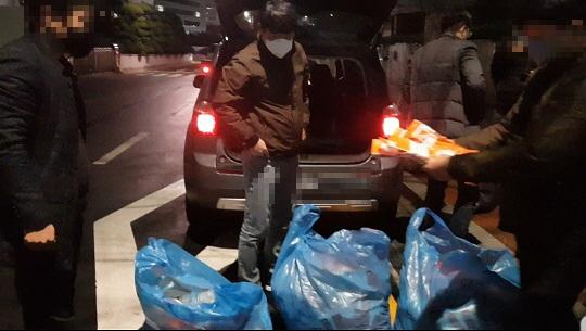 부산경찰청 광역수사대가 불법 제조한 마스크를 수거하고 있다. [사진 부산경찰청]