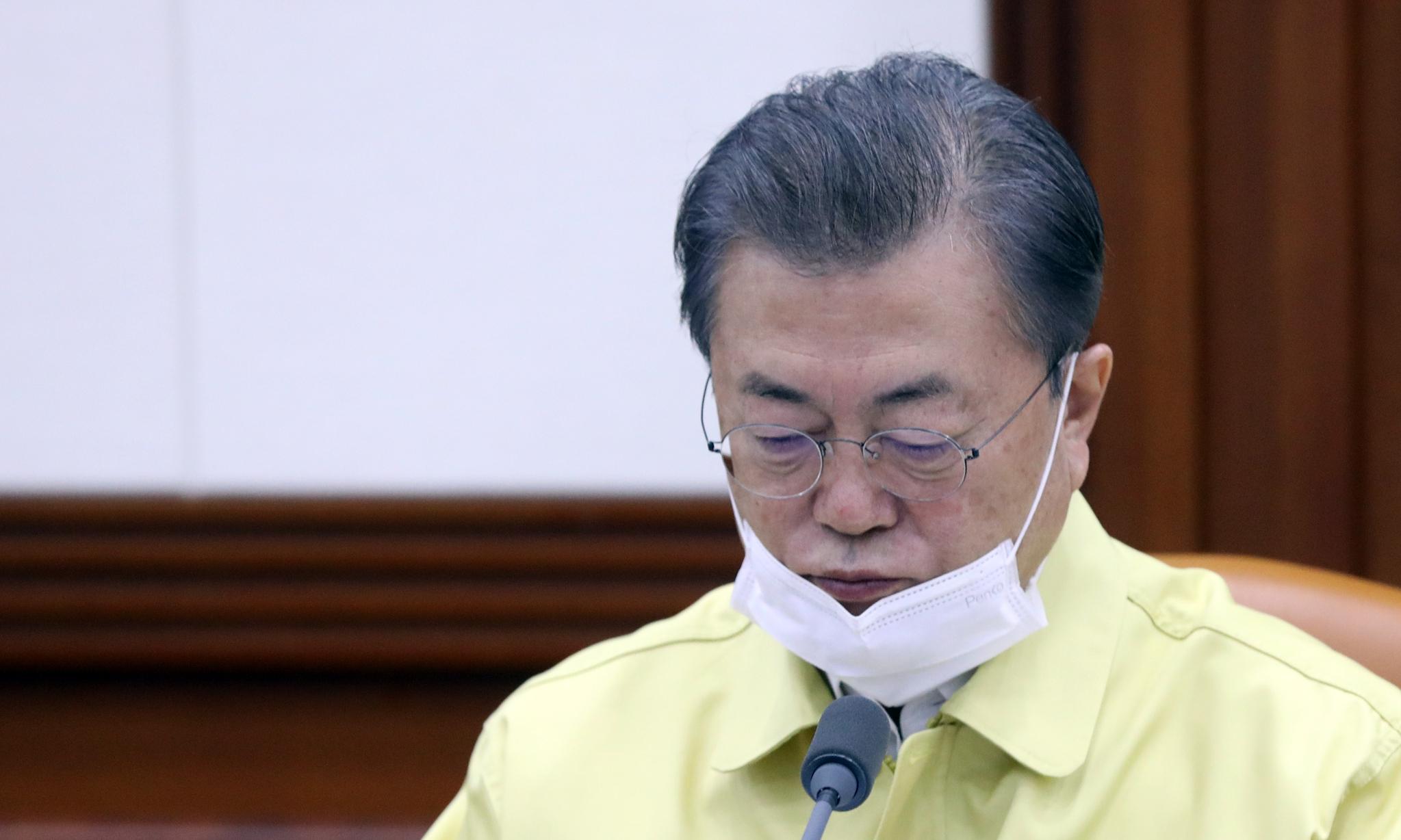 문재인 대통령이 3일 국무회의에 참석하고 있다. 연합뉴스