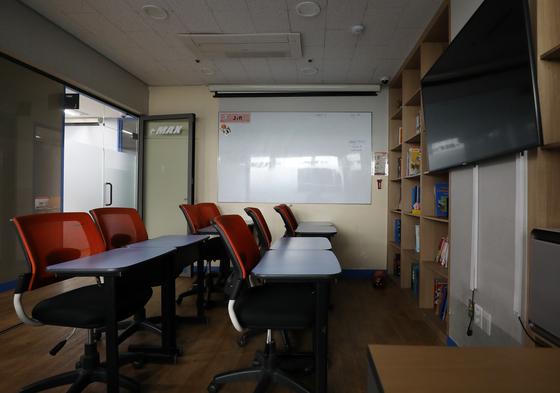 코로나19 여파가 학원가로 이어지고 있다. 지난달 24일부터 문을 닫아 오는 28일까지, 35일 동안 휴원하기로 결정한 서울 강남구 대치동에 위치한 이맥스 어학원 강의실이 텅 비어있다. 뉴스1