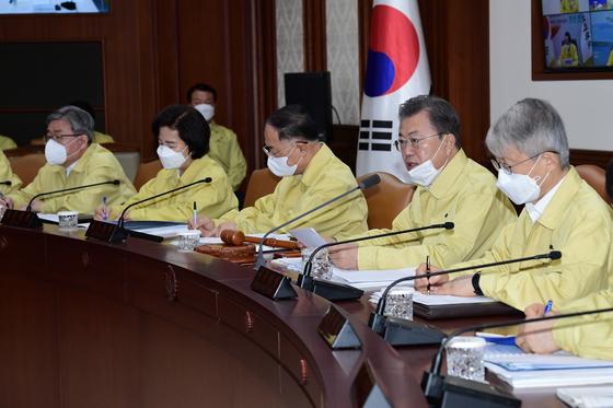 문재인 대통령(오른쪽 두 번째)이 3일 국무회의를 주재하고 있다. [청와대 사진기자단]