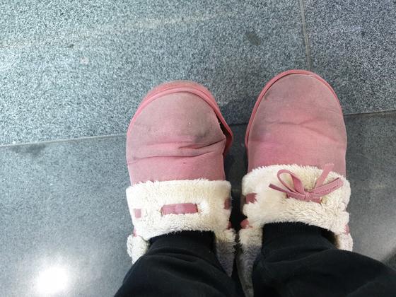 """송연주씨가 보내온 신발 사진. 그는 """"비가 오면 물이 새지만 그나마 제일 따뜻한 신발""""이라며 한 켤레로 몇년째 겨울을 나고 있다고 말했다. 사진 송연주"""