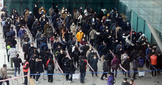 3일 오후 신종 코로나바이러스 감염증(코로나19) 확산 방지를 위해 서울역에 마련된 마스크 공적 판매처에서 시민들이 마스크를 구매하기 위해 길게 줄지어 서 있다. [뉴스1]