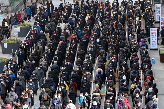 3일 정부가 정한 마스크 공적 판매처인 서울 양천구 행복한 백화점 앞에서 마스크를 구매하려는 시민들이 대기하고 있다. 연합뉴스
