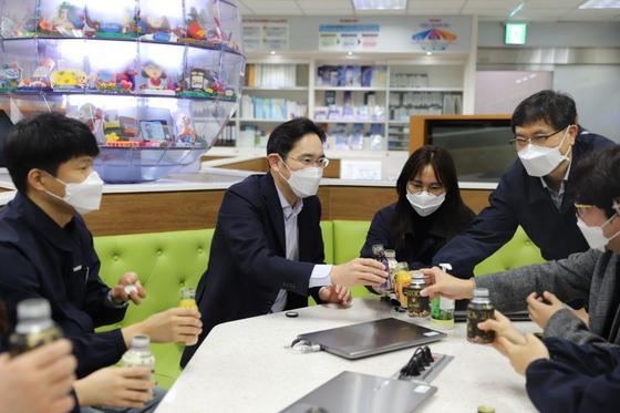 이재용 삼성전자 부회장이 3일 마스크를 착용한채 구미사업장 직원들과 대화하고 있다. 사진 삼성전자