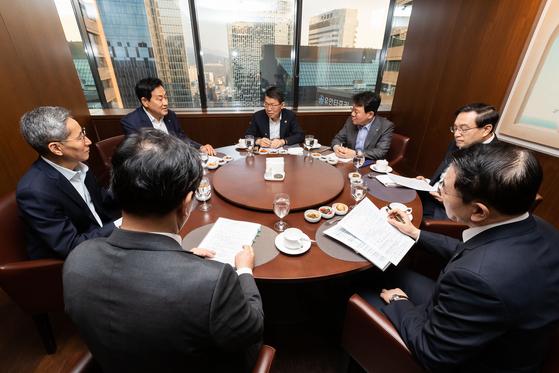은성수 금융위원장(가운데)이 2일 서울 중구 은행회관에서 5대 금융지주 회장단과 조찬 간담회를 열고 코로나19 피해 지원 방안을 논의하고 있다. [사진 금융위원회]