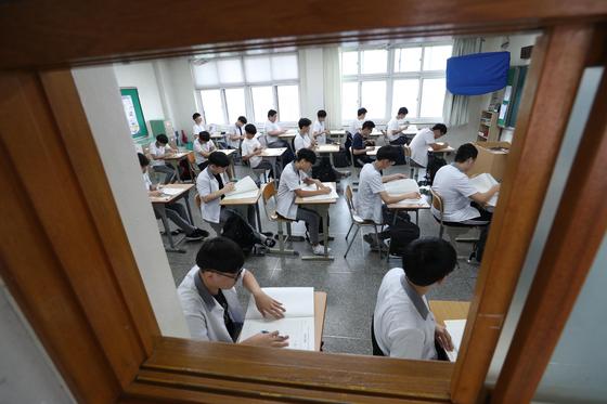 지난해 6월 4일 대구 경북고등학교에서 수험생들이 시험을 치르고 있다. [연합뉴스]