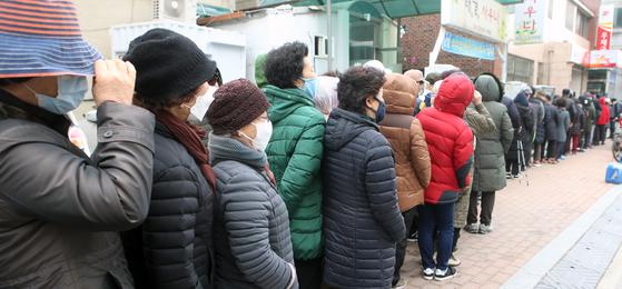 정부가 코로나19 확산을 막기 위해 공적 판매처에서 마스크 물량을 공급하기 시작한 2일 오전 강원 강릉시 주문진우체국 앞에서 시민들이 판매가 시작되기를 기다리고 있다. 연합뉴스