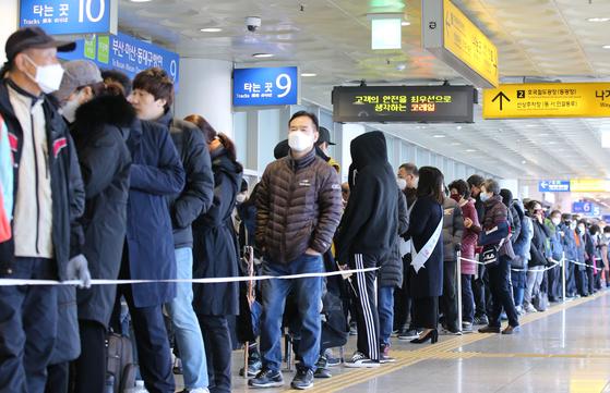 지난 2일 오후 대전역에서 마스크를 구매하려는 시민들이 길게 줄지어 순서를 기다리고 있다. 이번 행사는 중소벤처기업부와 코레일, 중소기업명품마루, 중소기업유통센터가 함께 주관했다. 장당 1000원으로 1인당 5개씩 2000명에게 마스크를 판매했다. 뉴스1