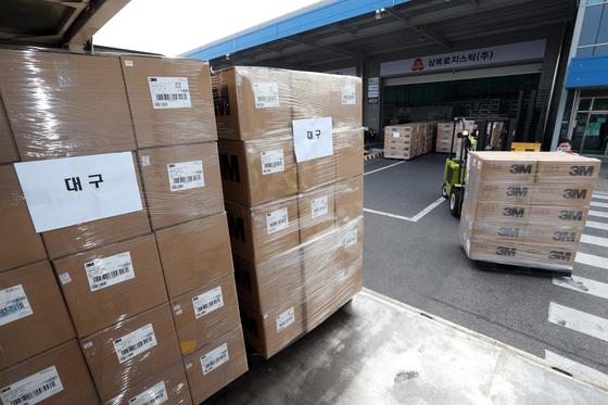 대한적십자가 관계자들이 3일 오전 인천공항 인근 물류센터에서 중국 상하이시가 기증한 마스크 50만장을 운송차량에 싣고 있다. 김성룡 기자