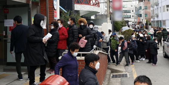 3일 오전 부산 기장군 일광우체국에 시민들이 공적 마스크를 구매하기 위해 줄을 서고 있다. 뉴스1