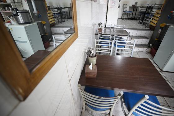 지난달 26일 서울 경희대학교 인근 원룸촌 근처 한 식당이 코로나19의 여파로 한산한 모습을 보이고 있다. 연합뉴스