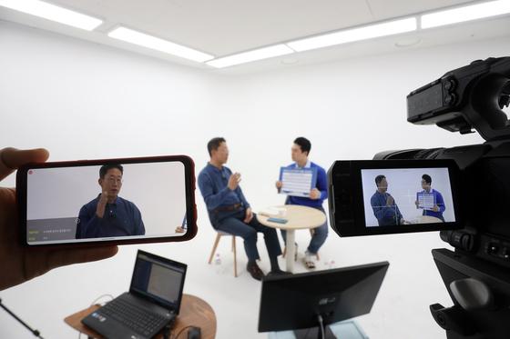 LG유플러스 마곡사옥에서 양효석 최고인사책임자(CHO)가 신입사원과 실시간 방송을 통해 토크쇼를 진행하고 있는 모습. [사진 LG유플러스]