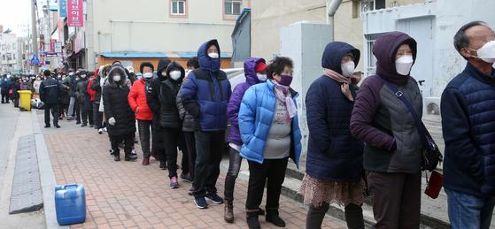 정부가 코로나19 확산을 막기 위해 공적 판매처에서 마스크 물량을 공급하기 시작한 2일 오전 강원 강릉시 주문진우체국 앞에서 시민들이 판매가 시작되기를 기다리고 있다. [연합뉴스]