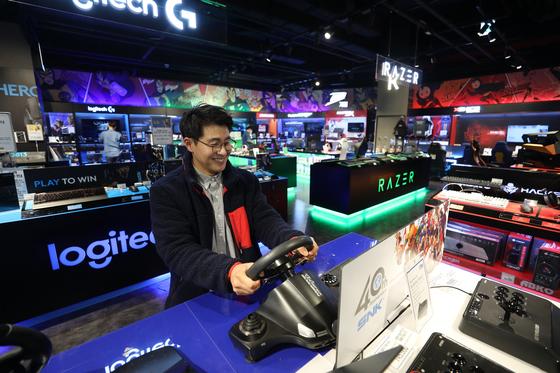 지난달 22일 서울 영등포구 타임스퀘어 지하 1층에 위치한 일렉트로마트 게이밍 숍에서 매장을 찾은 40대 고객이 게임을 즐기는 모습. [사진 이마트]