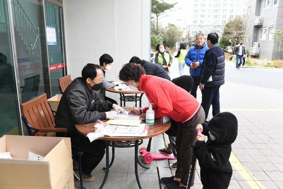 지난 3일 부산 기장군 정관읍의 한 아파트 관리사무소에서 마스크를 배부하고 있다. [사진 기장군청]