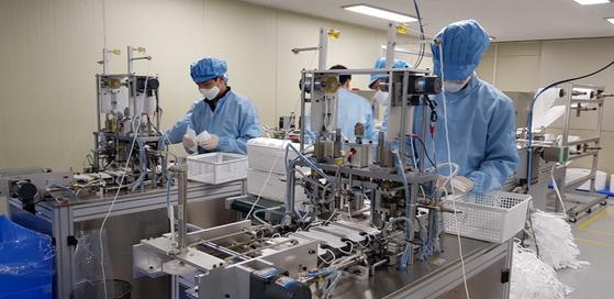 대전시 대덕구 신일동 마스크 제조업체인 위텍코퍼레이션에서 직원들이 마스크를 만들고 있다. 김방현 기자