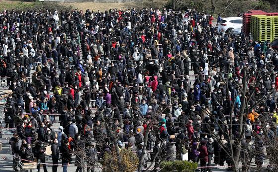 2일 오후 충북 청주시 상당구 용암동 농협하나로마트에서 마스크를 구입하려는 시민들이 줄지어 서 있다. 뉴스1