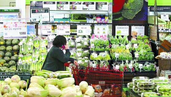 신종 코로나바이러스 감염증 여파로 서비스물가가 소폭 오르는 데 그쳤다. 3일 서울 시내 한 대형마트에서 고객이 쇼핑을 하고 있다. [연합뉴스]