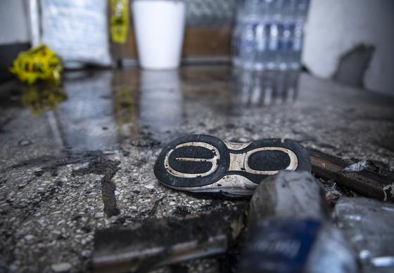 4일 서울 강동구 한 상가주택에서 화재가 발생했다. 숨진 어린이의 것으로 추정되는 신발이 남겨져 있다. [연합뉴스]