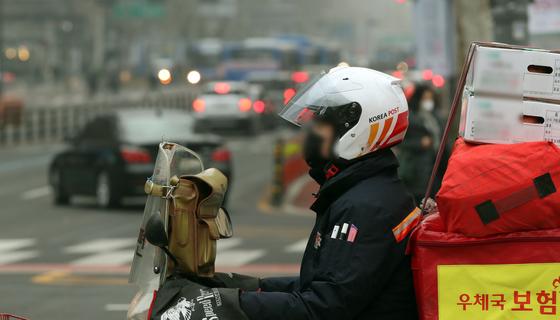 오토바이로 우편물을 나르는 집배원. [중앙포토]