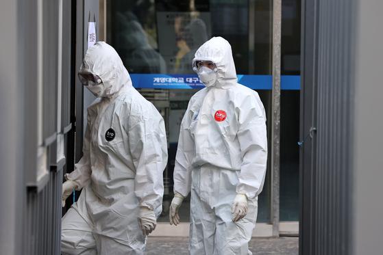 신종 코로나바이러스 감염증(코로나19) 확진자가 증가세를 이어가고 있는 가운데 4일 대구 중구 계명대 동산병원에서 의료진들이 분주히 움직이고 있다. [뉴스1]