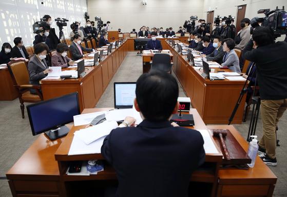 5일 오전 국회에서 여린 코로나19 대책 특별위원회 전체회의. [연합뉴스]