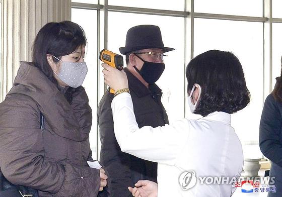 북한이 전국 각지에서 신형 코로나바이러스 감염증 방역을 더욱 강화하고 있다고 조선중앙통신이 4일 보도했다. 연합뉴스