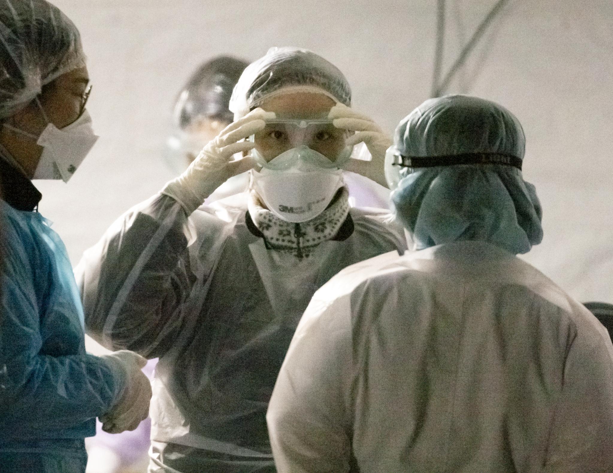 4일 오후 서울 중랑구 서울의료원에 설치된 선별진료소에서 의료진이 근무 교대를 하고 있다. 연합뉴스